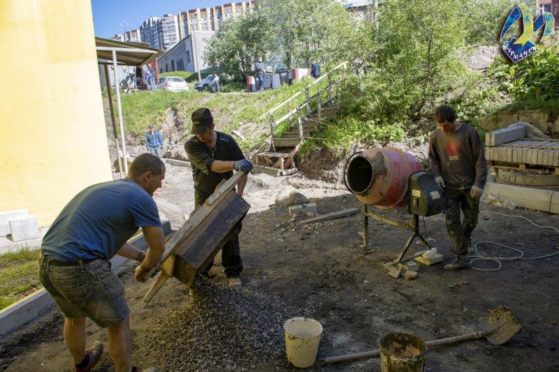 Большой ремонт в разгаре во дворе на Челюскинцев в Мурманске