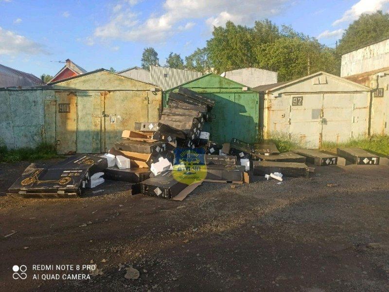 Завалили гаражи коробками из-под самокатов в Мурманске