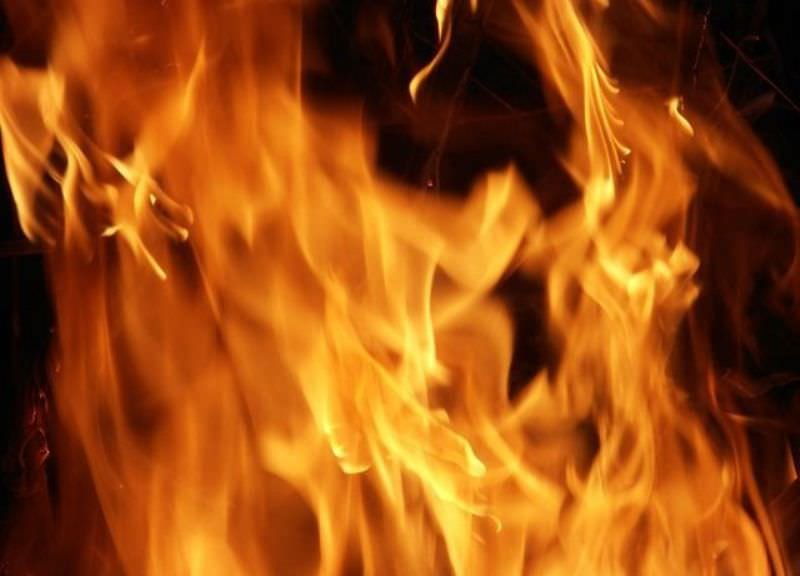 Пострадали трое при пожаре в доме на Абрам-Мысе