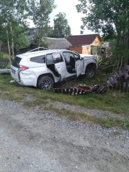 Внедорожник снес забор частного дома в Ловозере