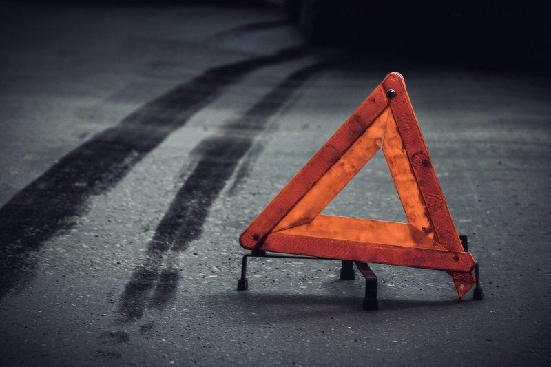 Автомобиль снес 3 легковушки на парковке в Североморске