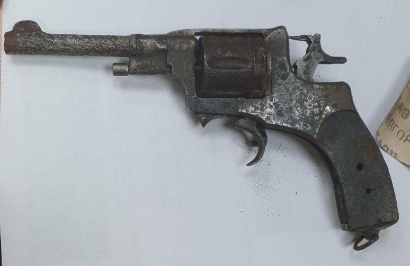 Нашел раритетный револьвер на стройке житель Полярных Зорь