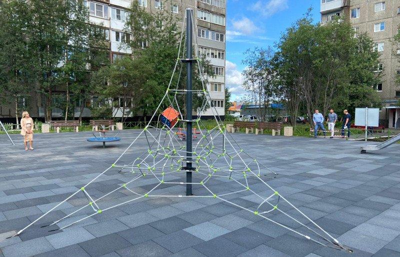 Батут и куб для скалолазов: новая детская площадка в Мурманске