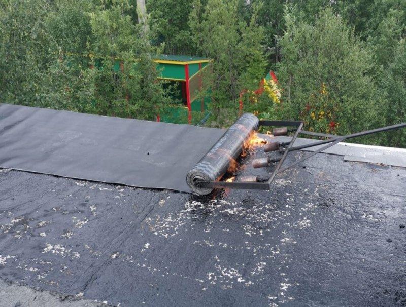 Чинят кровли, разрушенные сильным ветром в Кировске