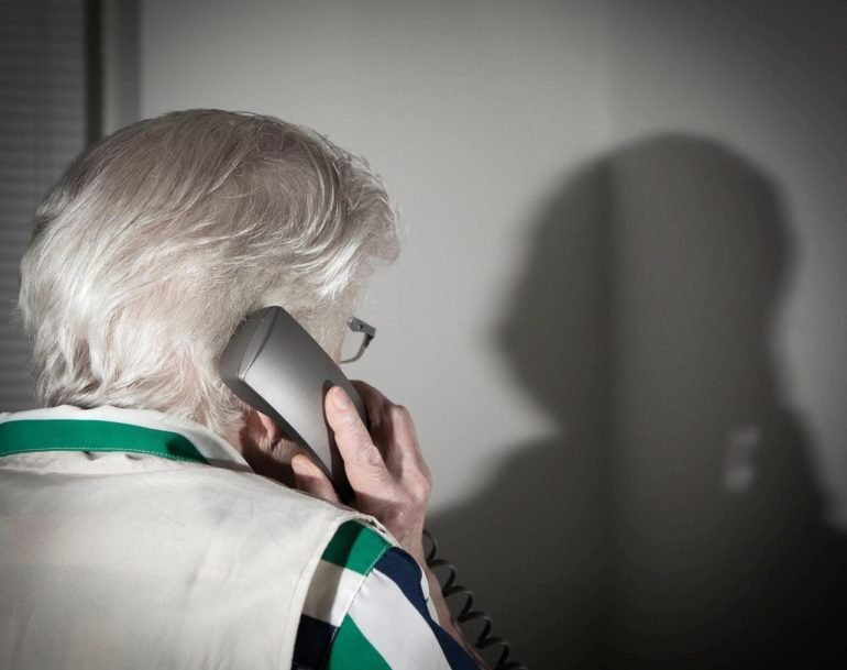 Спасли пенсионерку от мошенников сотрудница почты и полицейские в Полярных Зорях