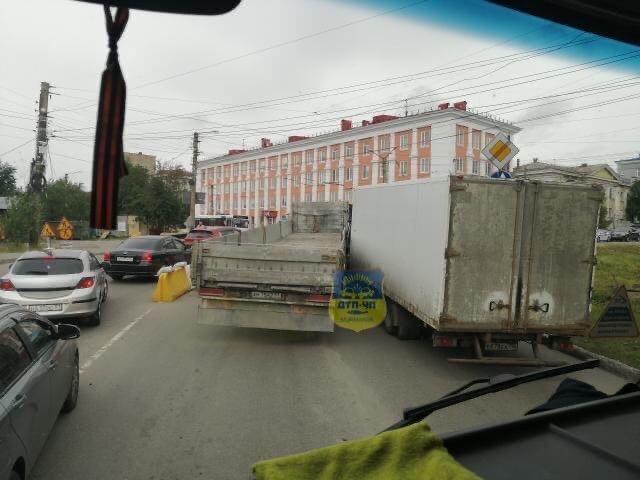 Две фуры заблокировали проезд в центре Мурманска