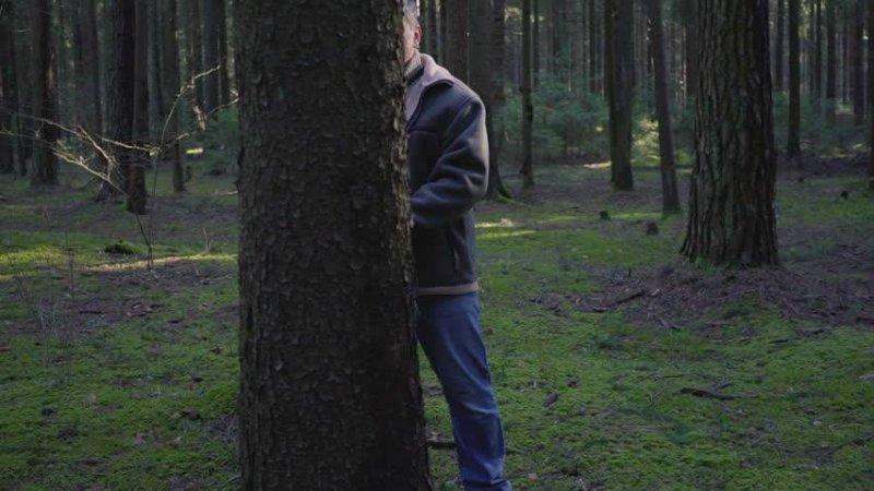Неадекватный мужчина напал на девушку в парке Мончегорска