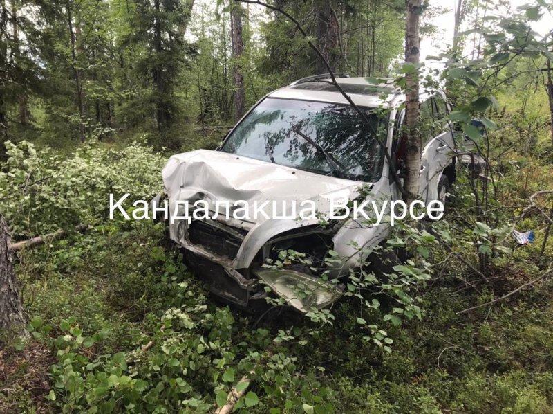 Врезалась в дерево машина с прицепом на трассе Кандалакша - Умба