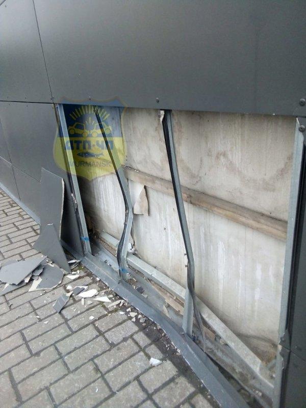 Врезался в АЗС, а после свалился в кювет автомобиль в Мурманске