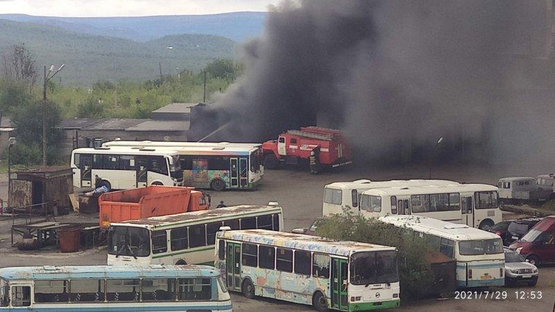 Клубы черного дыма заметили на стоянке автобусов в Заполярном