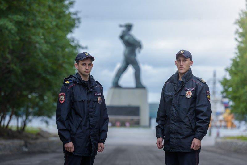 Полицейские помогли спасти супругов из горящей квартиры в Североморске