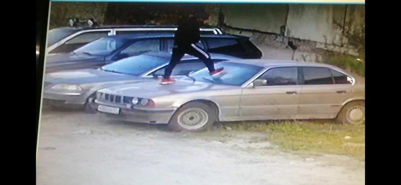 Прыгуна по крышам автомобилей разыскивают в Апатитах