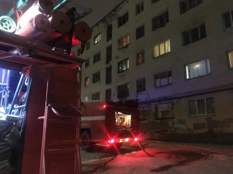 Ребенка доставали из горящей квартиры в Апатитах
