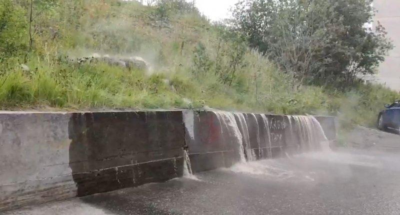 Водопад кипятка заметили на дороге в Мурманске