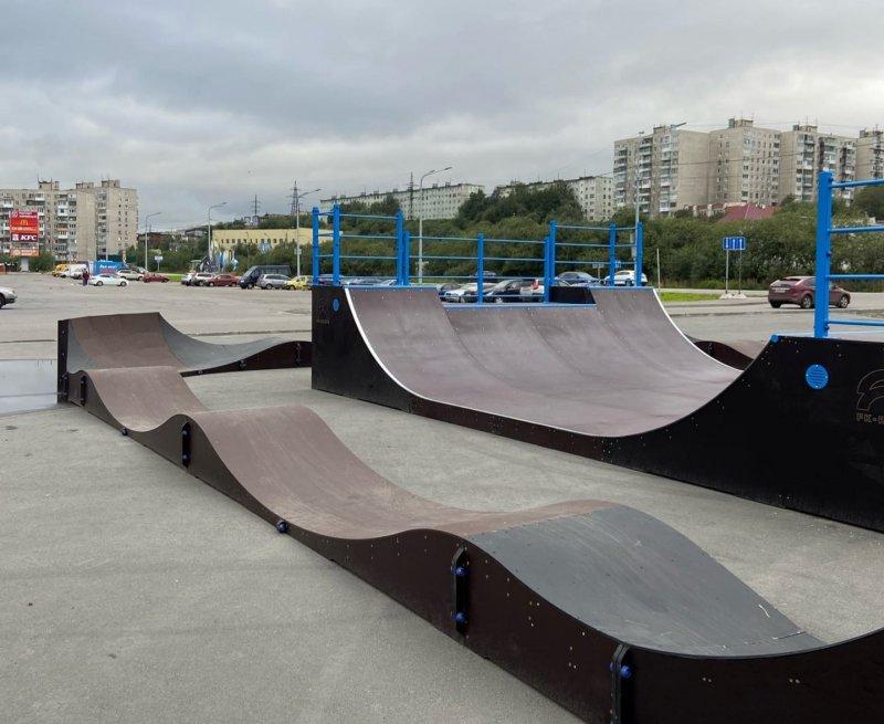 Скейт-площадку и памп-трек установили возле ТРЦ в Мурманске