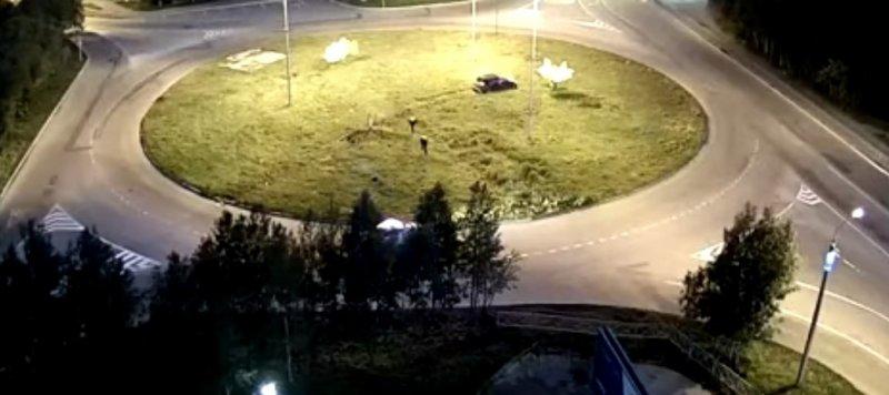 На большой скорости вылетела на газон машина в Апатитах