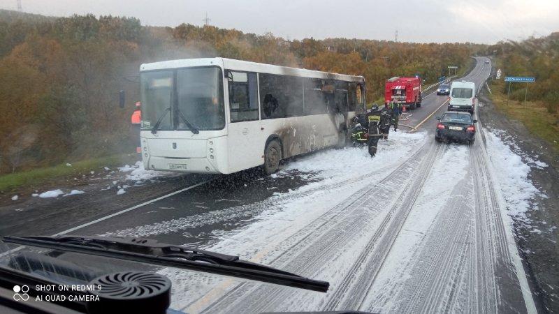 Выпрыгивали из горящего автобуса люди в Кольском районе