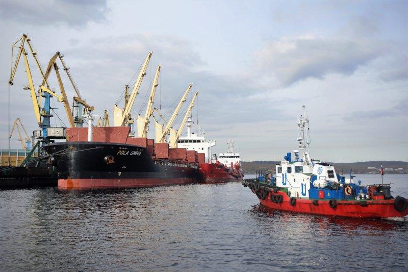 Рекорд погрузки щебня поставили портовики в Мурманске