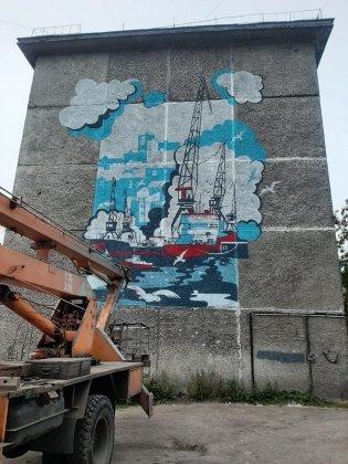 Огромная картина украсила дом в центре Мурманска
