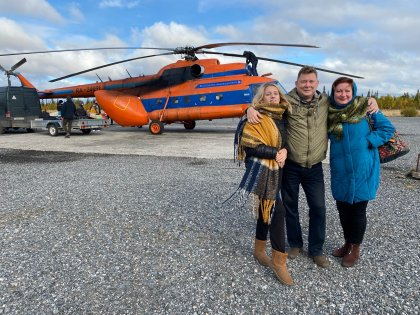 На вертолете прилетели к детям артисты театра кукол Мурманска