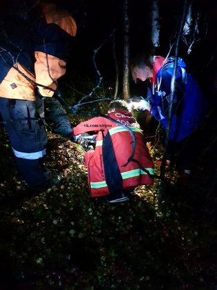 Больного мужчину вынесли из леса спасатели в Мурманске