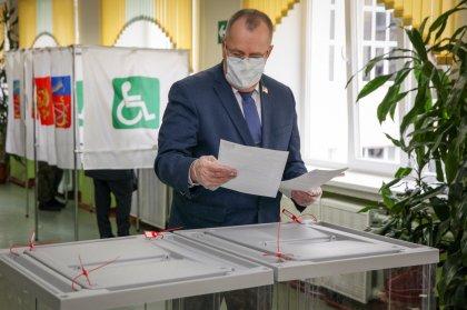 Глава Облдумы Сергей Дубовой проголосовал в Видяево