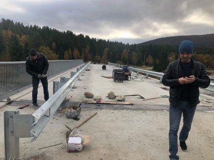 Ограждение монтируют на мосту в Колвице