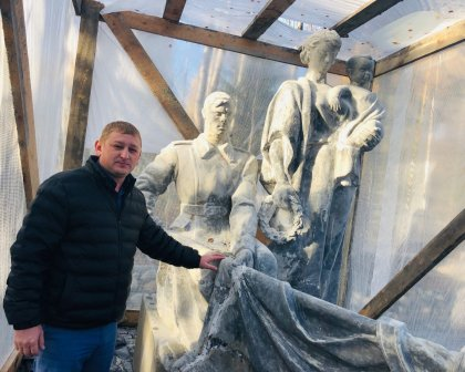 Восстанавливают скульптуру на воинском мемориале в Кировске