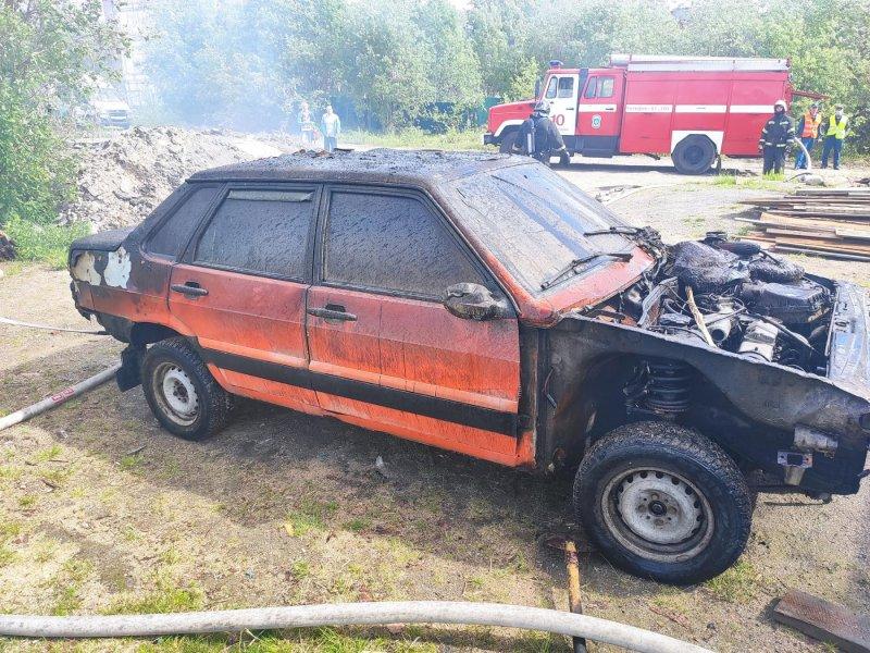 Горящую машину тушили в центре Мончегорска