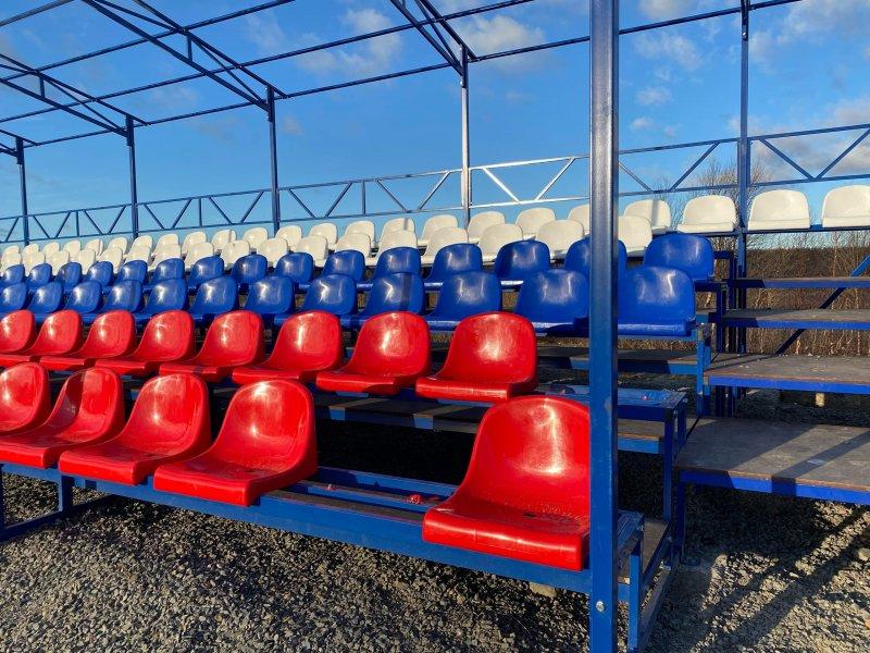 Поломали сиденья на новых трибунах стадиона вандалы в Никеле