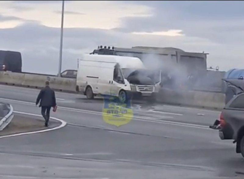 Загорелся на ходу микроавтобус на «ленинградке» в Мурманске