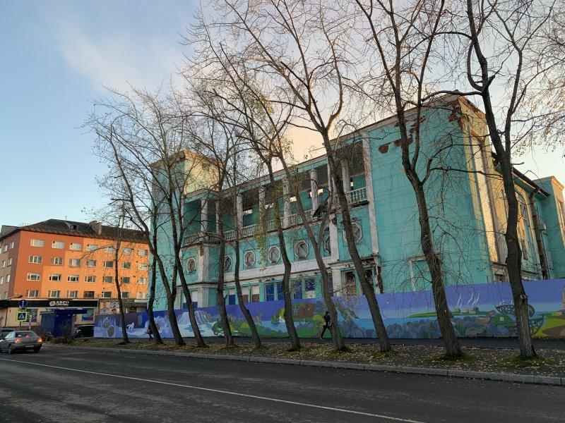 Огромные тополя срубили прямо в центре Мурманска
