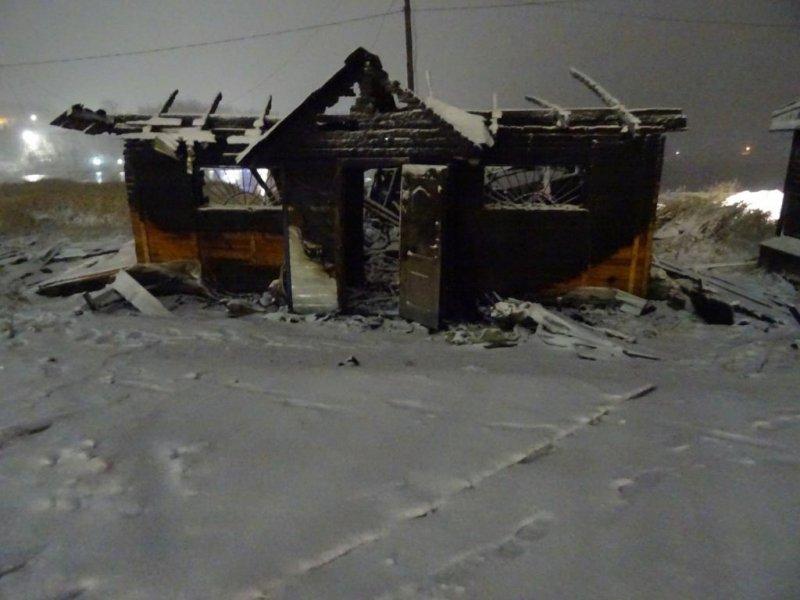 Труп в сгоревшем нежилом доме обнаружили в Умбе
