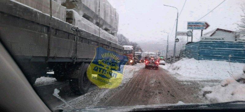Снежная каша не дает проехать большегрузам в Мурманске