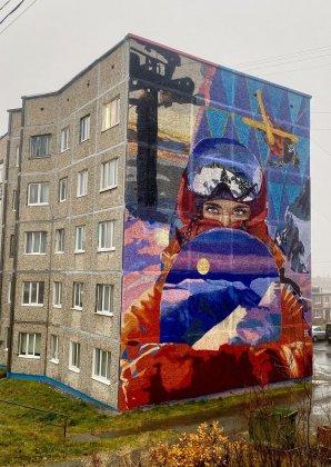 Заряжает позитивом огромная лиса в Кировске